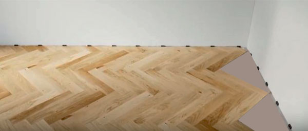 sử dụng các tấm phào vân gỗ để che đi các khe hở